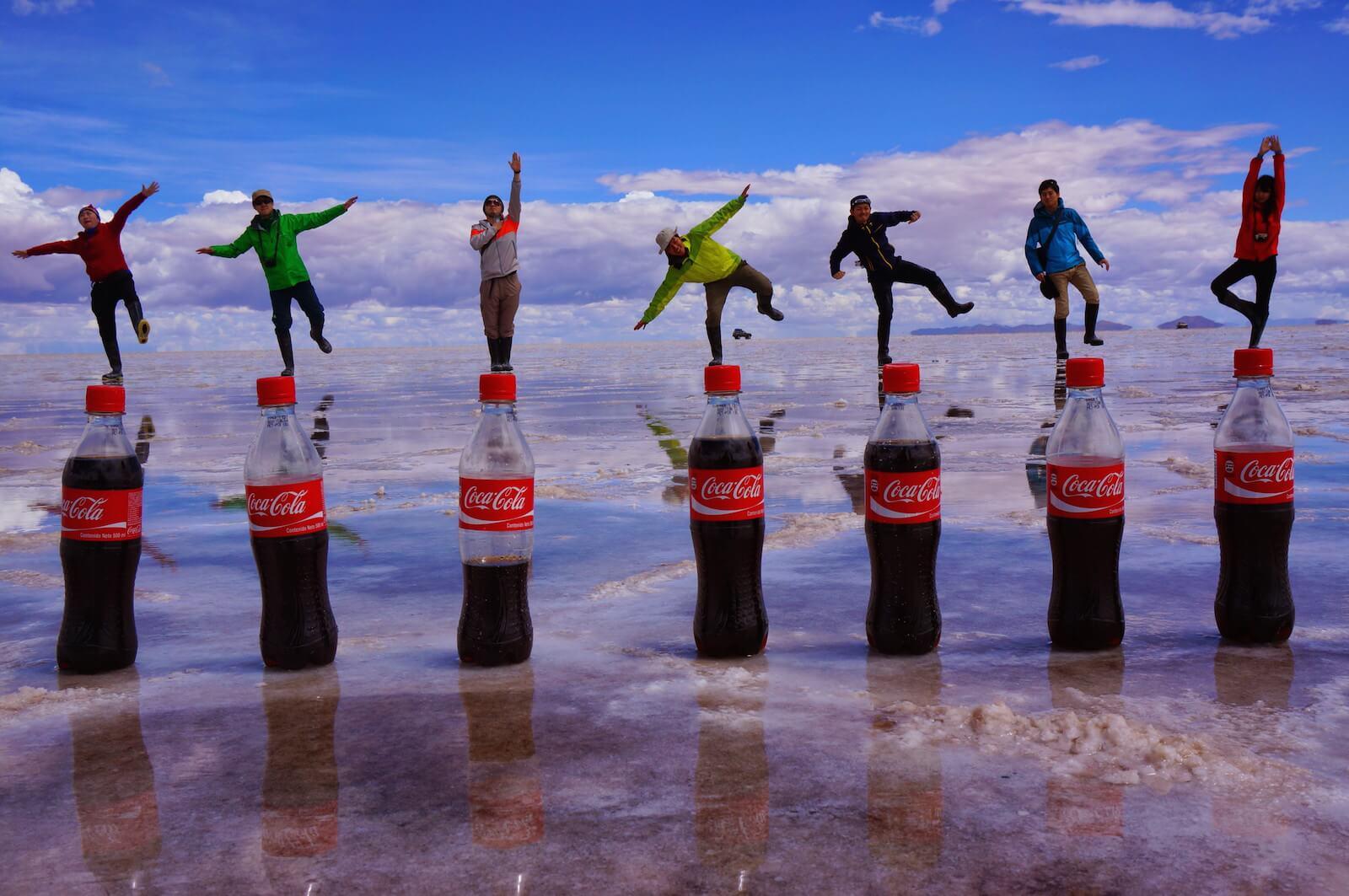 コーラのトリックアート ウユニ塩湖で記念撮影